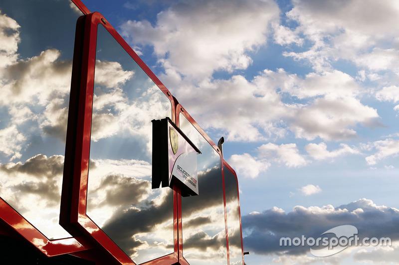 Wolkenreflexionen  in einem Ferrari-Truck im Fahrerlager