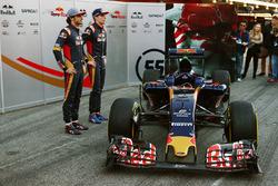 Max Verstappen, Scuderia Toro Rosso, und Carlos Sainz Jr., Scuderia Toro Rosso, mit dem Scuderia Toro Rosso STR11