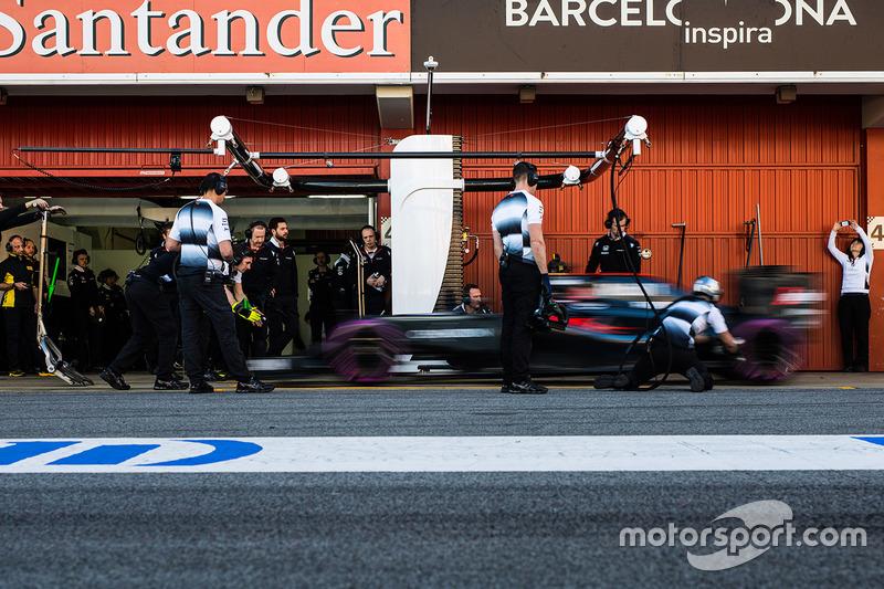 Fernando Alonso, McLaren MP4-31 practica una parada en pits