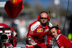 Механики Ferrari в гараже