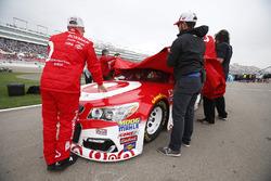 Les mécaniciens du Chip Ganassi Racing enlèvent les couvertures après la pluie