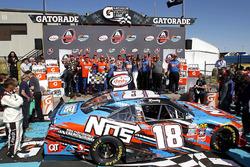 Sieger Kyle Busch, Joe Gibbs Racing Toyota