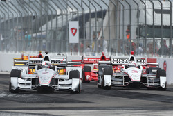 Juan Pablo Montoya, Team Penske Chevrolet überholt Helio Castroneves, Team Penske Chevrolet