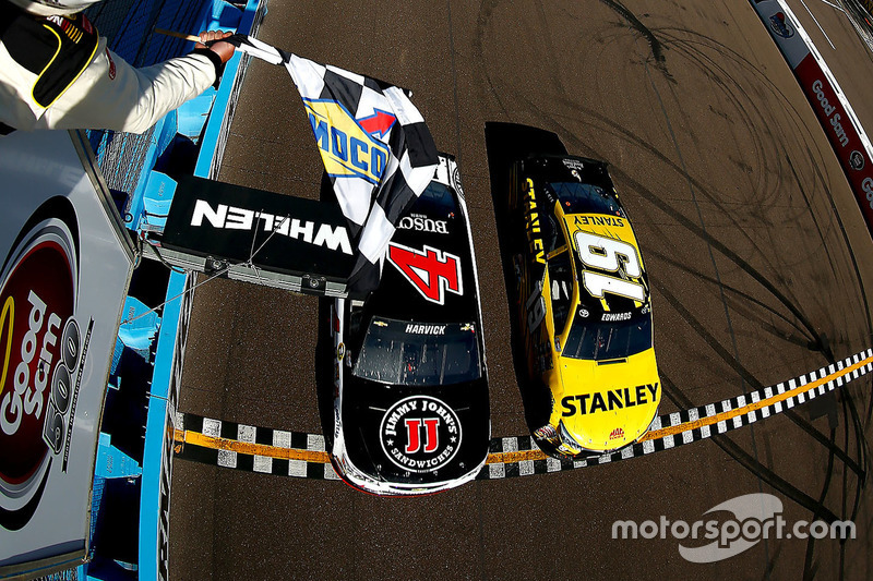 Кевін Харвік, Stewart-Haas Racing Chevrolet виграє у Карла Едвардса, Joe Gibbs Racing Toyota