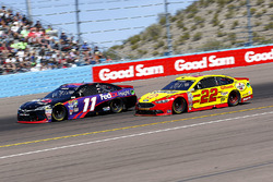 Denny Hamlin, Joe Gibbs Racing Toyota und Joey Logano, Team Penske Ford
