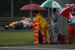Fernando Alonso, Renault F1 Team, R28, Marshalls