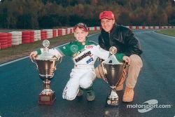 Un joven Sebastian Vettel posa con su héroe, Michael Schumacher