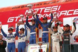 Podium GT300: les vainqueurs Manabu Orido et Tsubasa Abe, Koji Yamanishi et Atsushi Yogo, deuxièmes et Koji Yamanishi et Atsushi Yogo, troisièmes