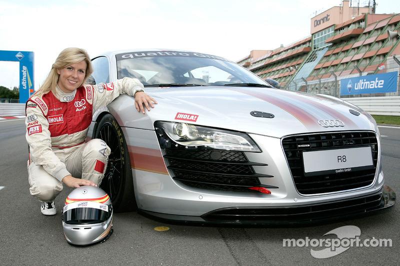 Maria de Villota pose avec une Audi R8