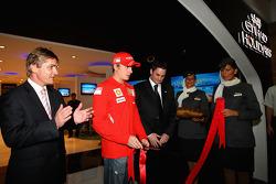 Kimi Raikkonen de Ferrari abre la tienda de vacaciones de Etihad en el Marina Mall