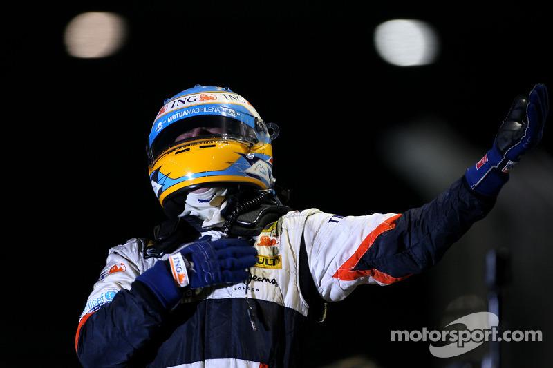 Alonso freut sich über den 1. Saisonsieg für sich und Renault
