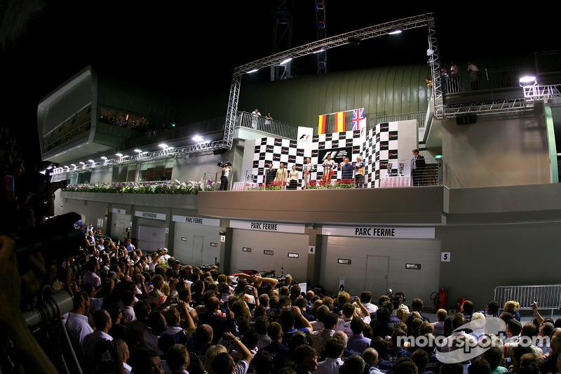 Podium: Sieger Fernando Alonso, 2. Nico Rosberg, 3. Lewis Hamilton
