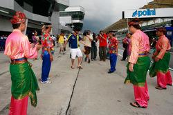 James Toseland prueba un juego tradicional de Malasia llamado 'Sepak Takraw'