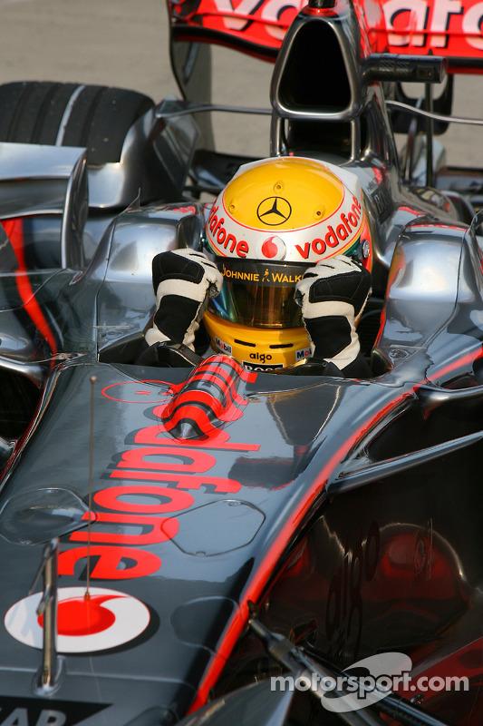 Ganador de la pole Lewis Hamilton celebra
