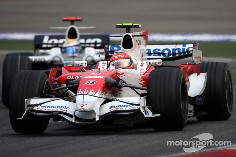 Timo Glock, Toyota F1 Team, TF108 leads Nico Rosberg, WilliamsF1 Team, FW30