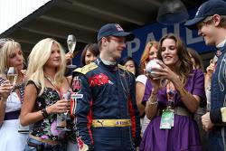 Concurso de chicas Fórmula Uno: la ganadora con Sébastien Bourdais y Sebastian Vettel