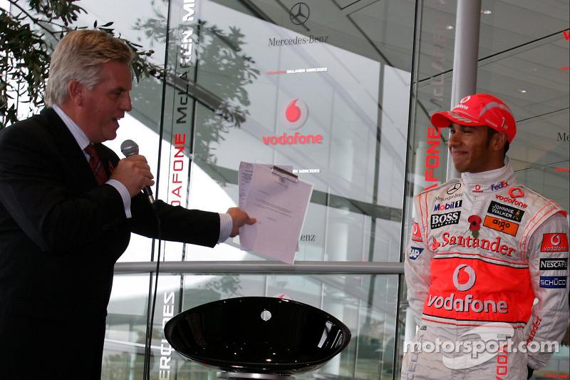 Il bentornato a casa a Lewis Hamilton dal McLaren Technology Centre