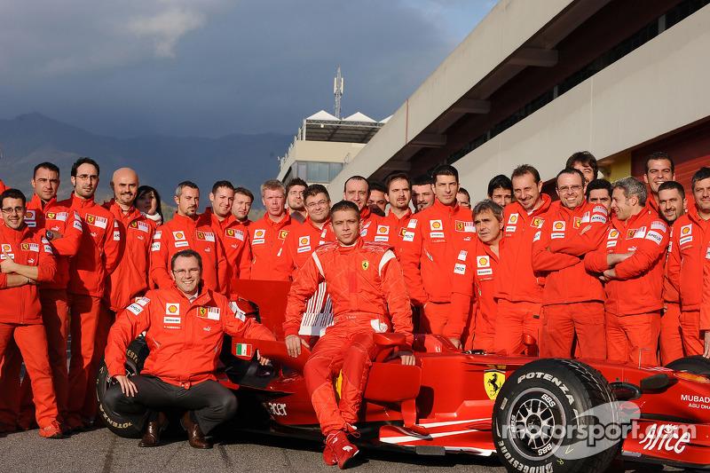 Valentino Rossi posa con el Ferrari F2008 y miembros del equipo Ferrari