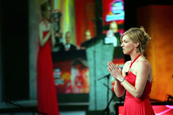 L'hôte de SPEED Krista Voda reçoit le public au NASCAR Craftsman Truck Series Awards Banquet 2008