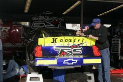 Les équipiers de TRG Motorsports au travail