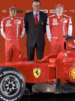 Felipe Massa, con el director Stefano Domenicali y Kimi Raikkonen con el nuevo Ferrari F60