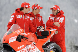 Nicky Hayden, Casey Stoner and Vittoriano Guareschi with the new Ducati Desmosedici GP9