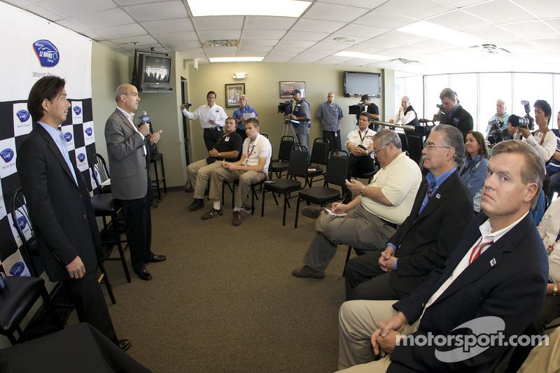 American Le Mans Series Mikimoto sponsorhip announcement press conference: Mikimoto Vice President Yugo Tsukikawa and American Le Mans Series CEO Scott Atherton