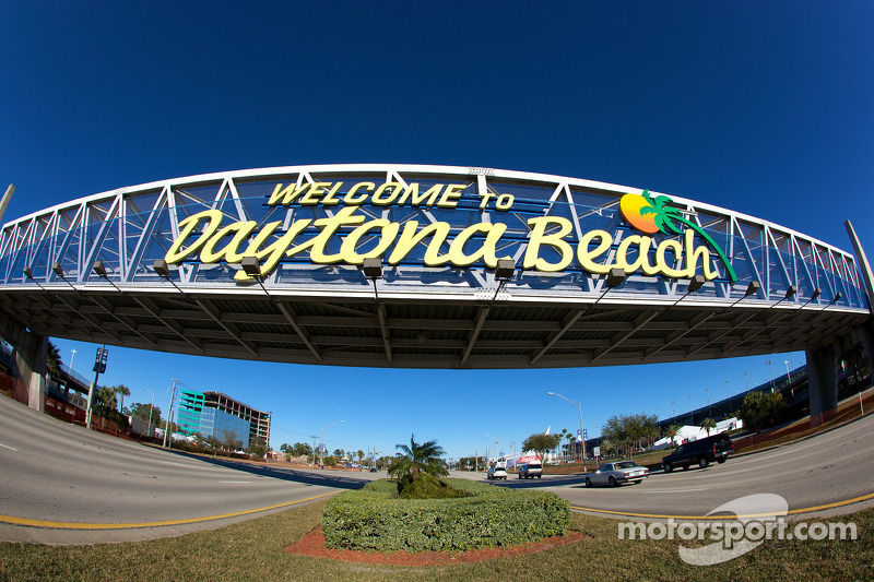 Welcome To Daytona Beach Sign On International Sdway Boulevard