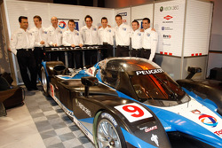 Peugeot Sport drivers pose with the 2009 908 HDi-FAP