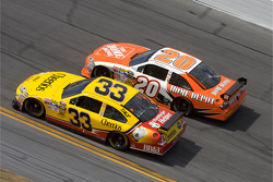 Clint Bowyer, Richard Childress Racing Chevrolet, Joey Logano, Joe Gibbs Racing Toyota