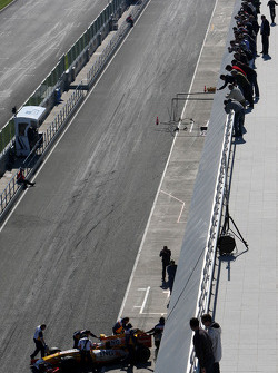 Fans watch Fernando Alonso, Renault F1 Team from the roof