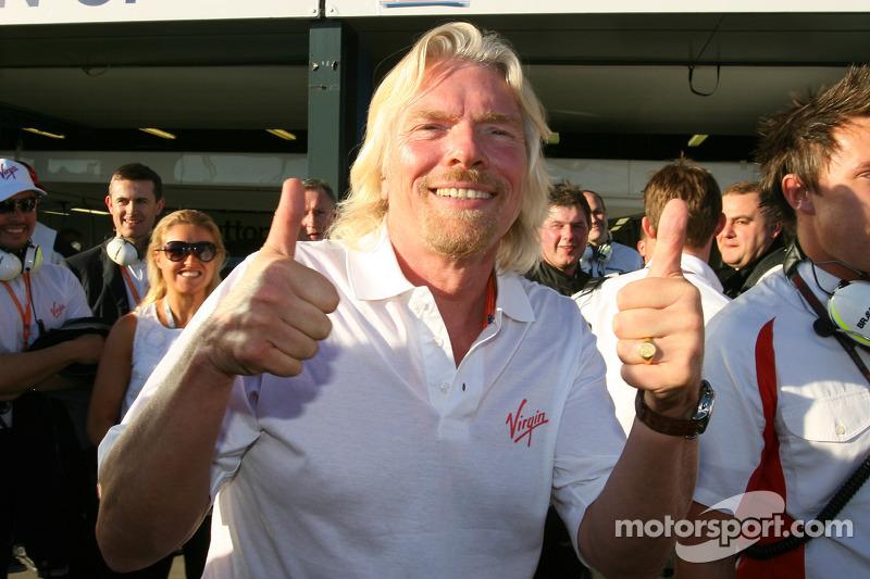Sir Richard Branson CEO de Virgin Group celebra la pole position