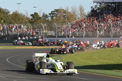 Largada: Jenson Button, Brawn GP, lidera el pelotón