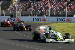 Дженсон Баттон, Brawn GP едет впереди Себастьяна Феттеля, Red Bull Racing, RB5