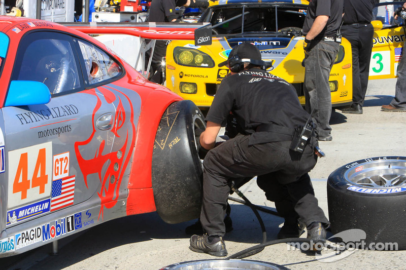 Membres du Flying Lizard Motorsports au travail