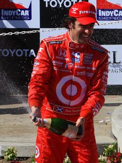 Podium: champagne for race winner Dario Franchitti, Target Chip Ganassi Racing