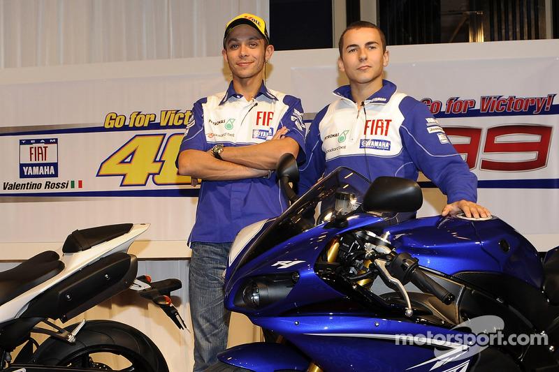 Yamaha R1 en Tokyo: Valentino Rossi, Fiat Yamaha Team y Jorge Lorenzo, Fiat Yamaha Team