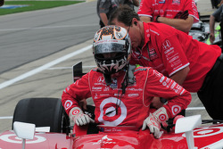 Scott Dixon, Target Chip Ganassi Racing gets into his car