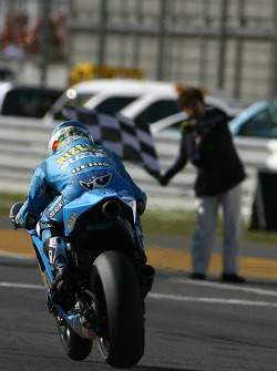 Loris Capirossi, Rizla Suzuki MotoGP takes the checkered flag