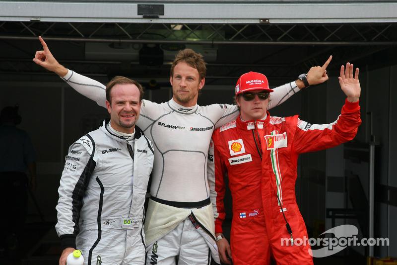 Ganador de la Pole Position Jenson Button, Brawn GP, Rubens Barrichello, Brawn GP segundo y Kimi Raikkonen, Scuderia Ferrari tercero