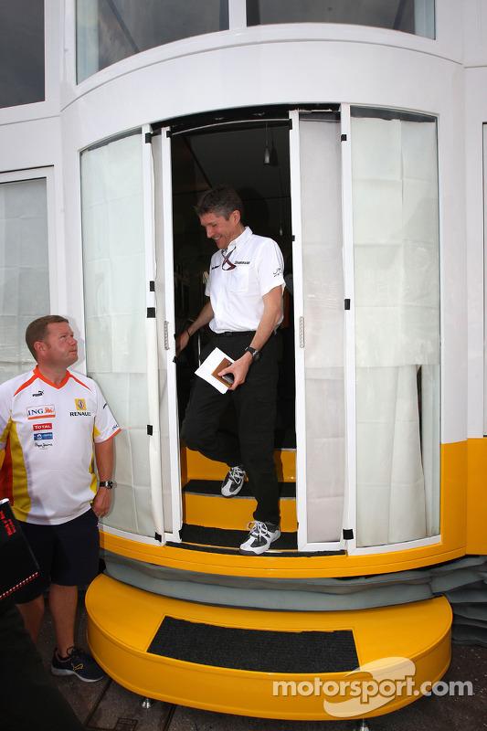 Ross Brawn Brawn Grand Prix director del equipo sale de una reunión de equipo los jefes llevada a cabo en el motorhome de Renault f1