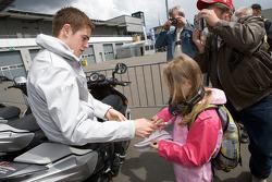 Paul di Resta, Team HWA AMG Mercedes signs autographs