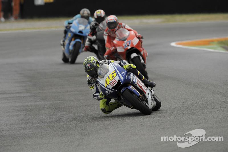 """2009 - Após terminar em último em Le Mans, Rossi decidiu 'colocar a cabeça no lugar' em Mugello - o desenho das mãos no capacete, """"segurando"""" a cabeça, deu relativamente certo, com o italiano terminando a prova em terceiro."""