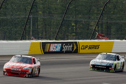 Tony Stewart, Stewart-Haas Racing Chevrolet, Carl Edwards, Roush Fenway Racing Ford