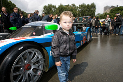 A young fan and the #17 Pescarolo Sport Peugeot 908