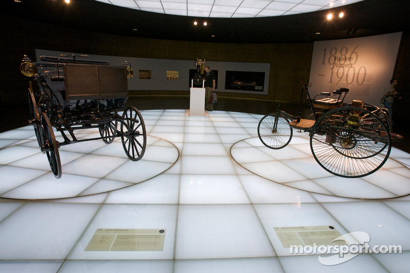 The pionners and the invention of the automobile: 1886 Daimler Motor Carriage and 1886 Benz