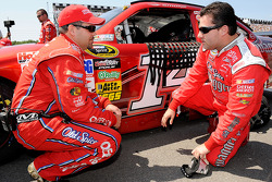 Tony Stewart, Stewart-Haas Racing Chevrolet talks with crew chief Darian Grubb