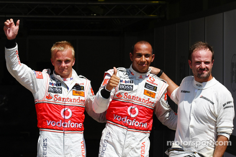 Ganador de la pole Lewis Hamilton, McLaren Mercedes, segundo lugar Heikki Kovalainen, McLaren Mercedes, tercer puesto Rubens Barrichello, Brawn GP