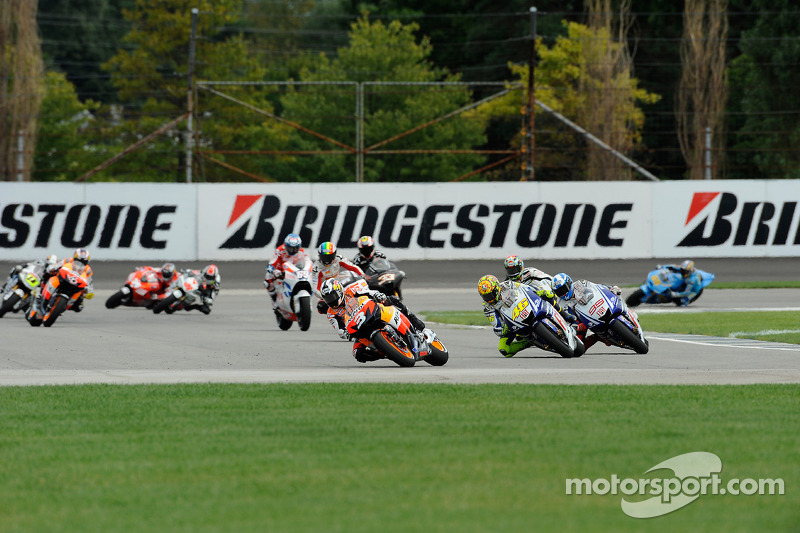 Start: Dani Pedrosa, Repsol Honda Team y Valentino Rossi, Fiat Yamaha Team battle