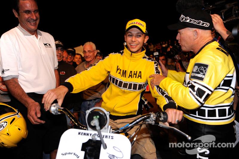Kenny Roberts con la Yamaha TZ 750 y Valentino Rossi, Fiat Yamaha Team en la milla de la pista de tierra de Indy